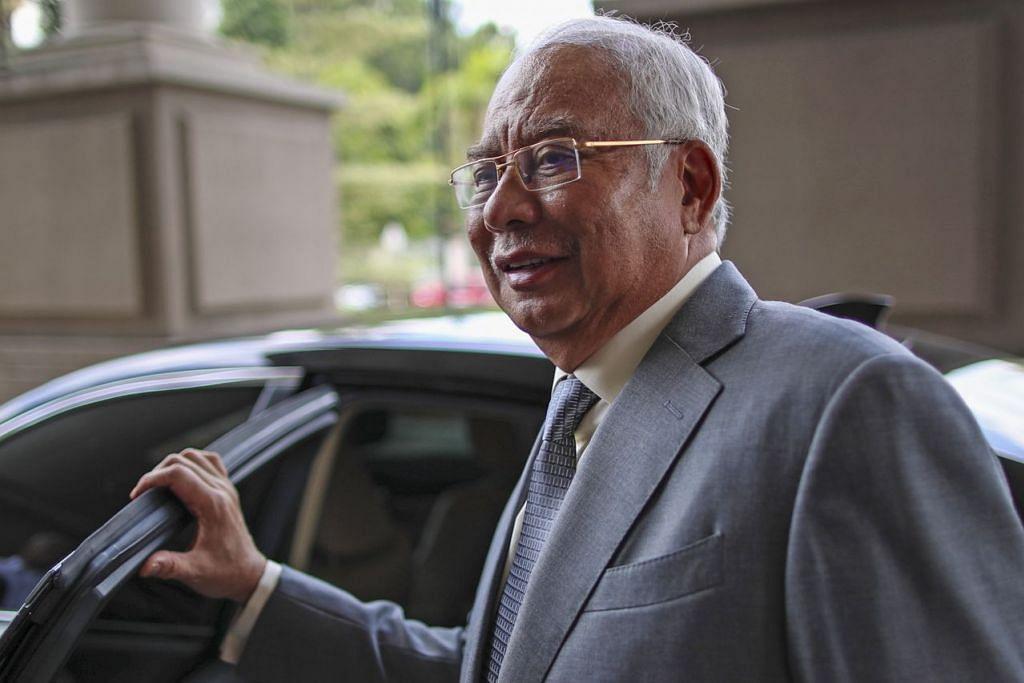 PERMOHONAN DITOLAK: Bekas Perdana Menteri Malaysia Datuk Najib meninggalkan Mahkamah Tinggi Kuala Lumpur semalam. - Foto EPA-EFE