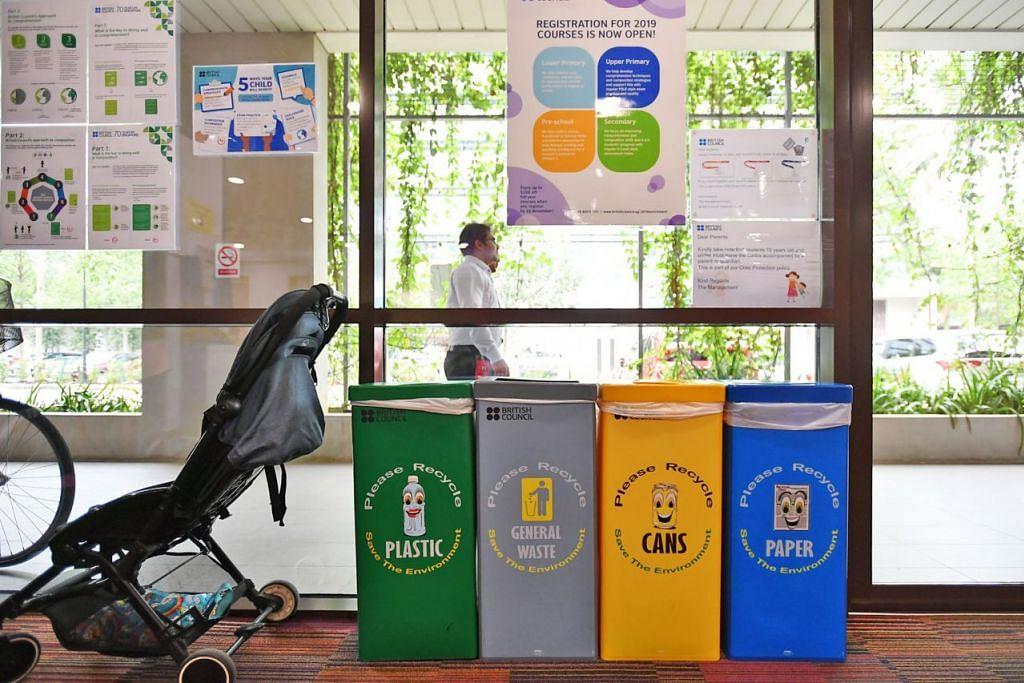 KITAR SEMULA: Menurut tinjauan, kategori paling popular barang yang dikitar semula ialah bahan kertas seperti suratkhabar, majalah, surat yang tidak diingini, brosur dan kertas tulis. - Foto BH oleh LIM YAOHUI
