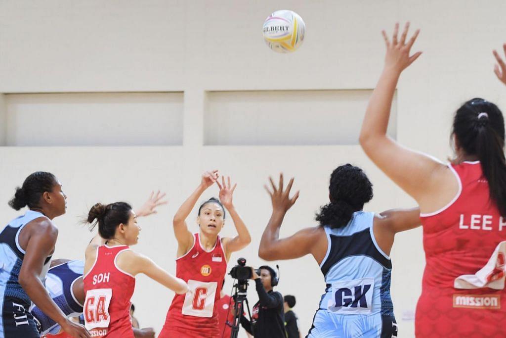 TERLALU GAGAH: Pasukan bola jaring Fiji (jersi biru) terbukti terlalu kuat bagi Singapura (jersi merah) selepas pasukan negara tewas dalamketiga-tiga pertemuan antara mereka dalam perlawanan ujian. - Foto BH oleh ALPHONSUS CHERN