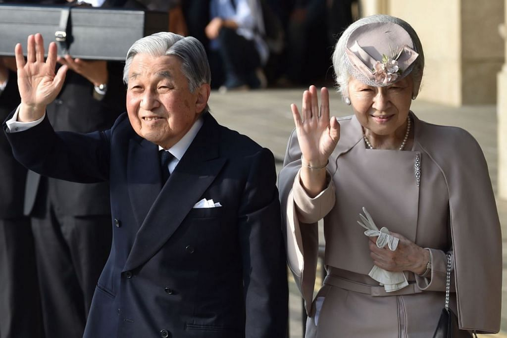 DISANJUNG RAKYAT: Maharaja Akihito Hirohito dan Permaisuri Michiko Shoda membawa perubahan pada institusi diraja Jepun yang membuat pasangan itu popular dalam kalangan rakyat. - Foto AFP
