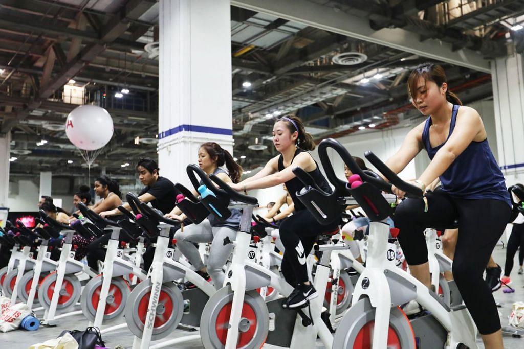 SENAM BERSAMA: Peserta FitnessFest anjuran AIA bersenam bersama dalam acara yang dijalankan pada 27 April lalu. – Foto BH oleh GIN TAY