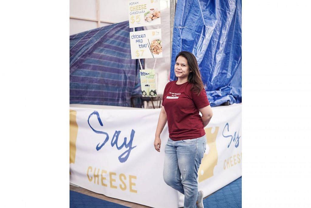 'SAY CHEESE': Cik Atiqah Yusoff, pemilik gerai 'Say Cheese', adalah salah seorang pengendali gerai yang membuat persiapan awal untuk gerainya sebelum bulan puasa bermula di Bazar Ramadan di Geylang Serai. - Foto BH oleh NUR DIYANAH TAHA
