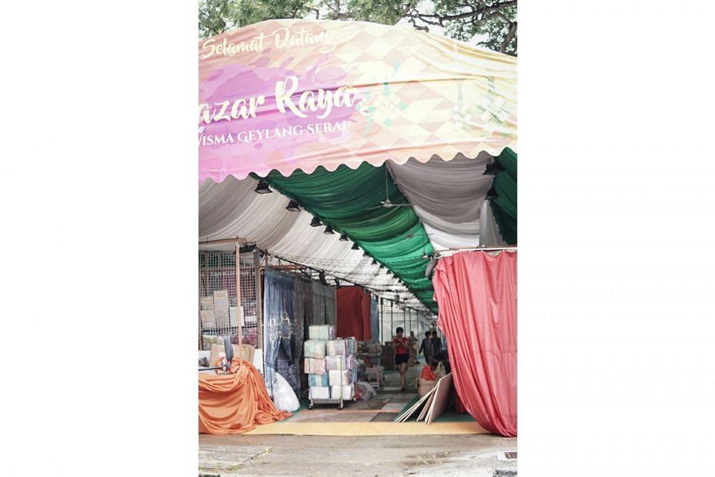 SUDAH MULA TERASA SUASANA: Barang-barang untuk dijual di Bazar Raya Geylang Serai menanti pengunjung sempena ketibaan bulan Ramadan dan Hari Raya Aidilfitri. - Foto BH oleh NUR DIYANAH TAHA