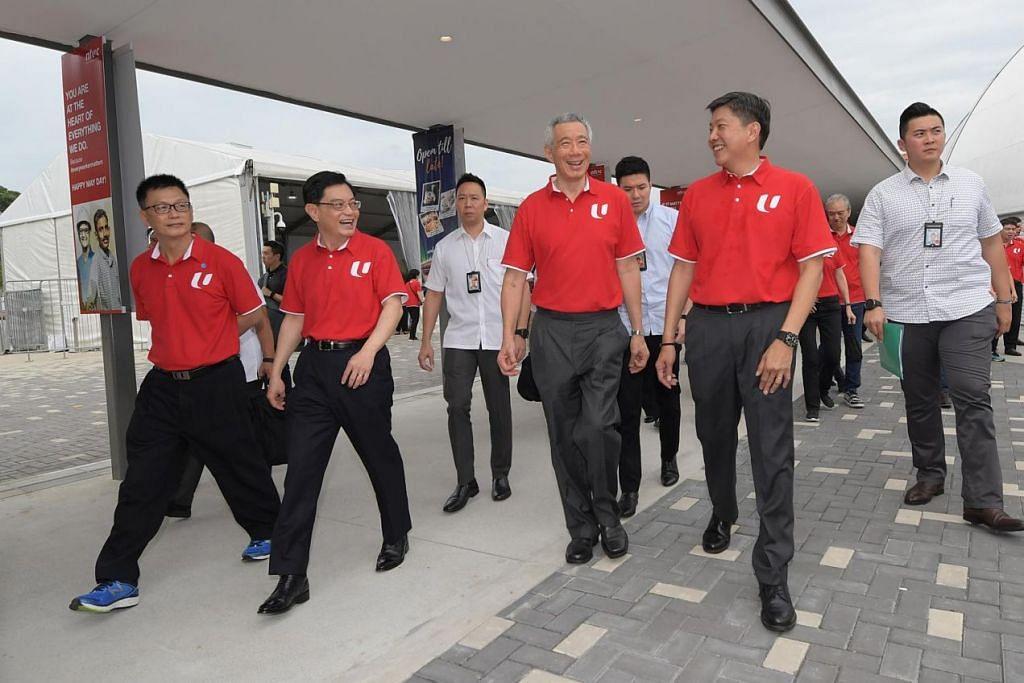 BARISAN PEMIMPIN: (Depan, dari kiri) Naib presiden NTUC Tan Hock Soon; Timbalan Perdana Menteri Heng Swee Keat, Perdana Menteri Lee Hsien Loong dan pemimpin gerakan buruh Ng Chee Meng menghadiri Rapat Hari Pekerja di Downtown East semalam. – Foto BH oleh ALPHONSUS CHERN