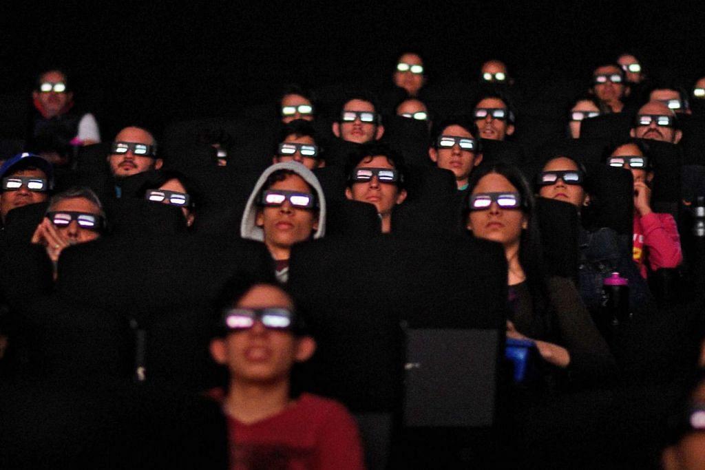 """TAK KELIP MATA: Para peminat Venezuela sewaktu menonton filem """"Avengers: Endgame"""" di pawagam di Caracas pada Jumaat lalu. – Foto AFP"""
