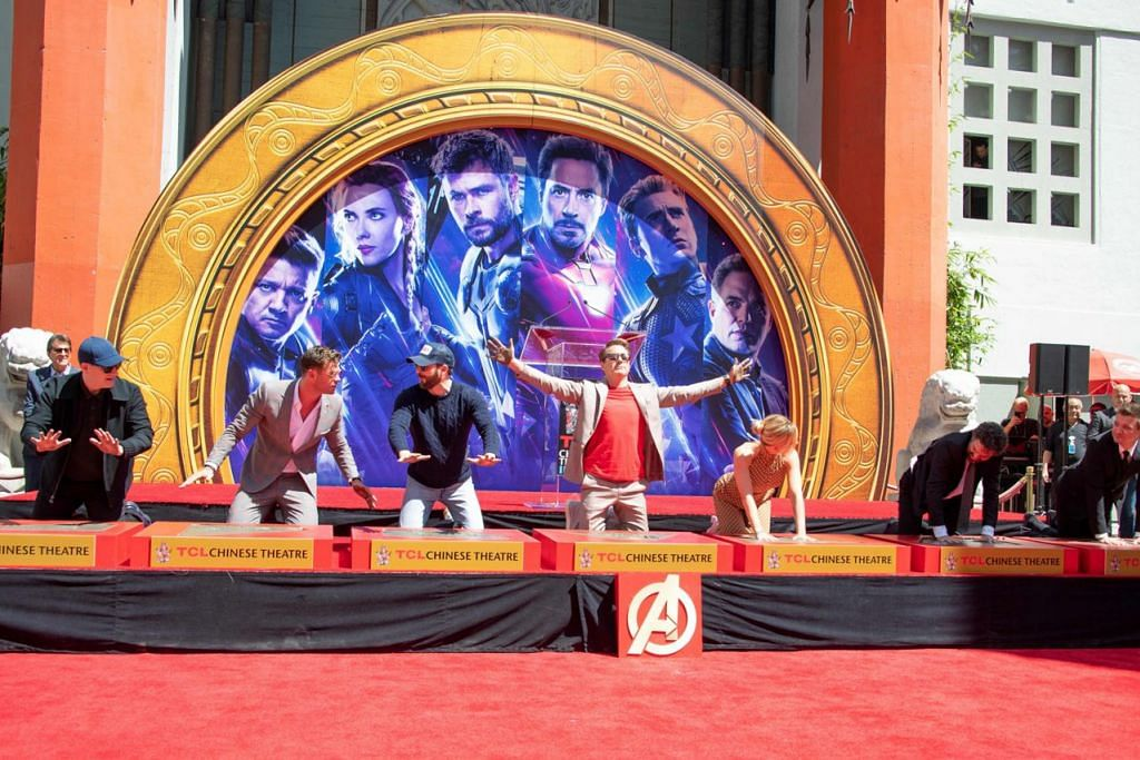 BERSAMA KALI TERAKHIR: (Dari Kiri) Presiden Marvel Studios/Penerbit Kevin Feige, pelakon Chris Hemsworth, Chris Evans, Robert Downey Jr., Scarlett Johansson, Mark Ruffalo dan Jeremy Renner di TCL Chinese Theatre pada 23 April 2019 di Hollywood,
