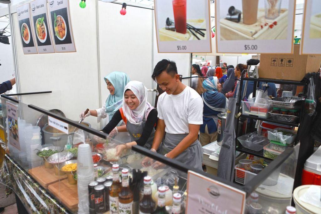 ANEKA JUADAH: Pelbagai juadah untuk berbuka puasa boleh didapatkan di Bazaar Raya Utara di Woodlands. – Foto fail