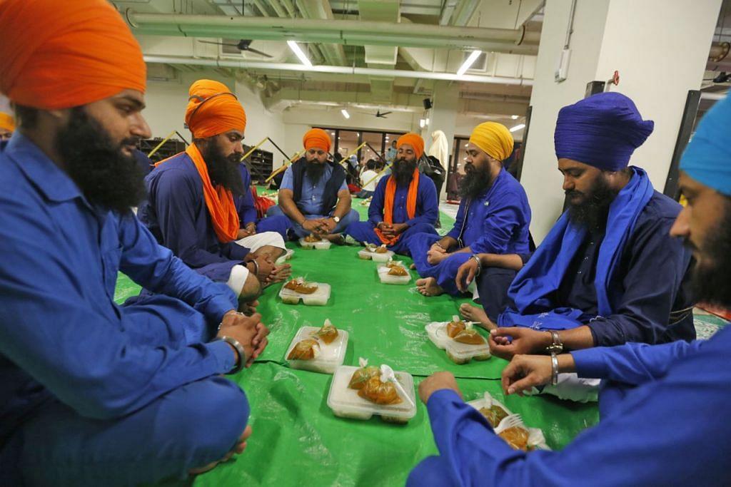 PENGANUT AGAMA LAIN TURUT DIUNDANG: Pekerja asing kaum Sikh turut menikmati buka puasa. Tanda jelas bahawa hubungan antara umat tidak kenal bangsa dan agama. - Foto Fail.