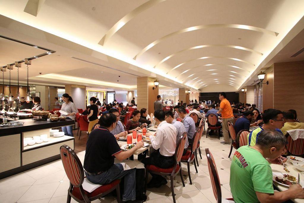 YAKIN DENGAN SAMBUTAN: Restoran Carousel yang terletak di Hotel Royal Plaza on Scotts, menjangkakan bahawa restoran itu mampu mengisi sehingga 90 peratus daripada keseluruhan kapasitinya (280 tempat duduk) sepanjang Ramadan ini. - Foto ROYAL PLAZA ON SCOTTS