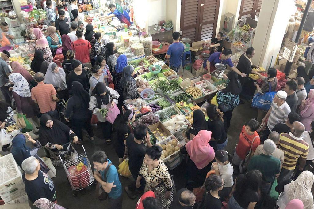 BERDUYUN-DUYUN KE PASAR BAGI PERSIAPAN RAMADAN: Pasar Geylang Serai penuh dengan pengunjung yang membeli pelbagai keperluan dapur bagi hidangan sahur dan berbuka puasa. - Foto BH oleh NUR FATHIN AWALLUDIN