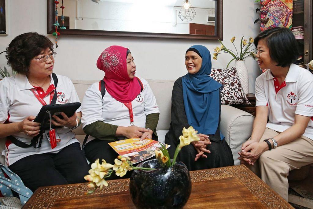 TAHU LEBIH LANJUT TENTANG MGP: Cik Sim Ann (kanan) bersama Duta Generasi Perak, Cik Diana Tang (kiri) dan Cik Siti Zalifah Razali (dua dari kiri), berkunjung ke rumah Cik Hamidah Ahmad (dua dari kanan) untuk menjelaskan tentang Pakej Generasi Merdeka (MGP). - Foto CMG