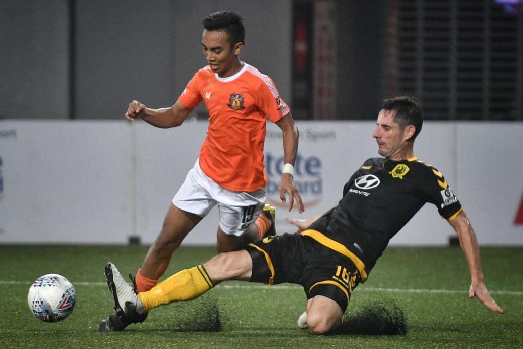 SAMA HANDAL: Pemain pertahanan Tampines, Daniel Bennett (kanan), cuba mencabar pemain Hougang, Faris Ramli dalam perlawanan yang berkesudahan seri 3-3. - Foto BH oleh ARIFFIN JAMAR