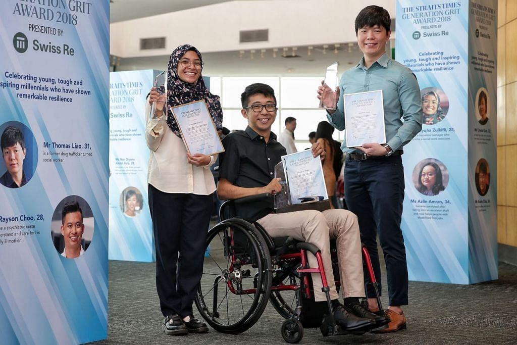 MILENIAL BERINSPIRASI: (Dari kiri) Pemenang Anugerah Generation Grit Straits Times 2018, Cik Zulayqha, Encik Wong dan Encik Liao di majlis anugerah di Perpustakaan Negara semalam. - Foto BH oleh KEVIN LIM