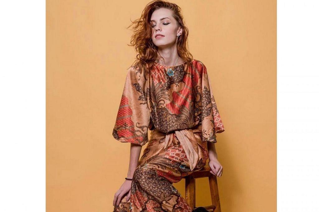 SATIN BATIK: Inilah pakaian 'Gozel Glam' berwarna jinggaa daripada AdawiyahSG – Foto-Foto ADAWIYAHSG