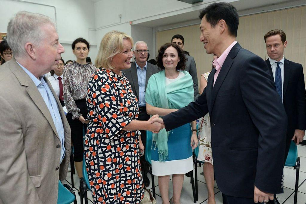 KENALI EU: Menteri Pendidikan Ong Ye Kung (kanan) berjabat tangan dengan Duta Finland, Cik Paula Parviainen semasa pelancaran Projek Kesatuan Eropah (EU) Datang ke Sekolah Anda atau #EU@School. - FOTO KEDUTAAN JERMAN