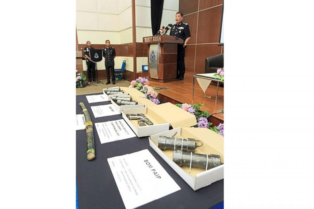 TINDAKAN PANTAS: Ketua Polis Negara yang baru dilantik, Datuk Seri Abdul Hamid Bador sewaktu sidang akhbar menunjukkan senjata dan bahan letupan yang dirampas. - Foto The Star