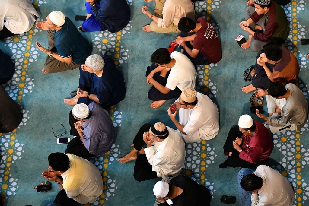 BERTIKTIKAF DI MASJID: Masyarakat Islam harus memanfaatkan sebaik-baiknya bulan Ramadan untuk memohon keampunan Allah dan beramal dan menyantuni nilai kesabaran, kerana ia baik dalam memperkukuh rohani seseorang Muslim. - Foto BH oleh LIM YAOHUI