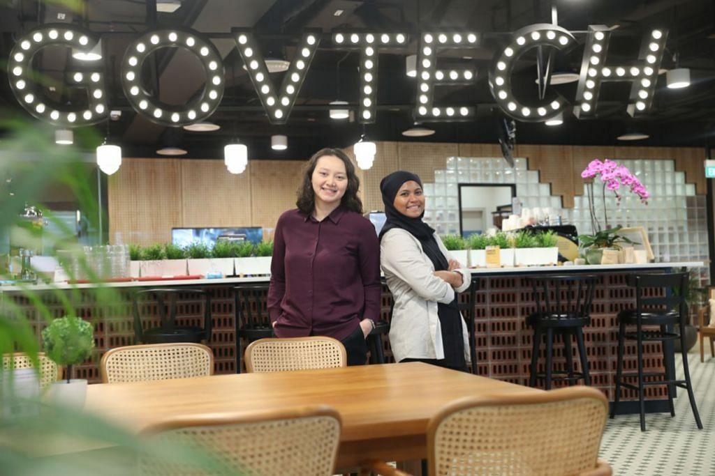 MINAT MENDALAM: Cik Fala (kiri) dan Cik Sarah (kanan), bertugas sebagai pereka UX bersama GovTech, dan mahu terus berkecimpung dalam bidang ini. - Foto BH oleh TIMOTHY DAVID