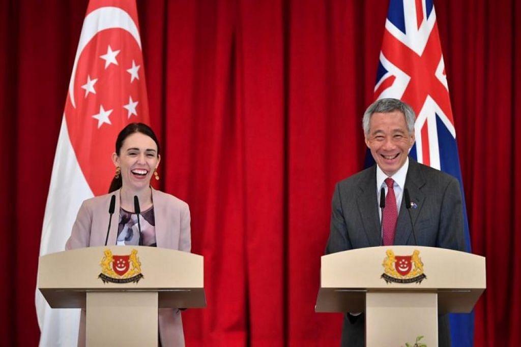 Perdana Menteri New Zealand Jacinda Ardern dan PM Lee Hsien Loong menandatangani pengisytiharan bersama di Istana hari ini (Jumaat, 17 Mei). FOTO: LIM YAOHUI
