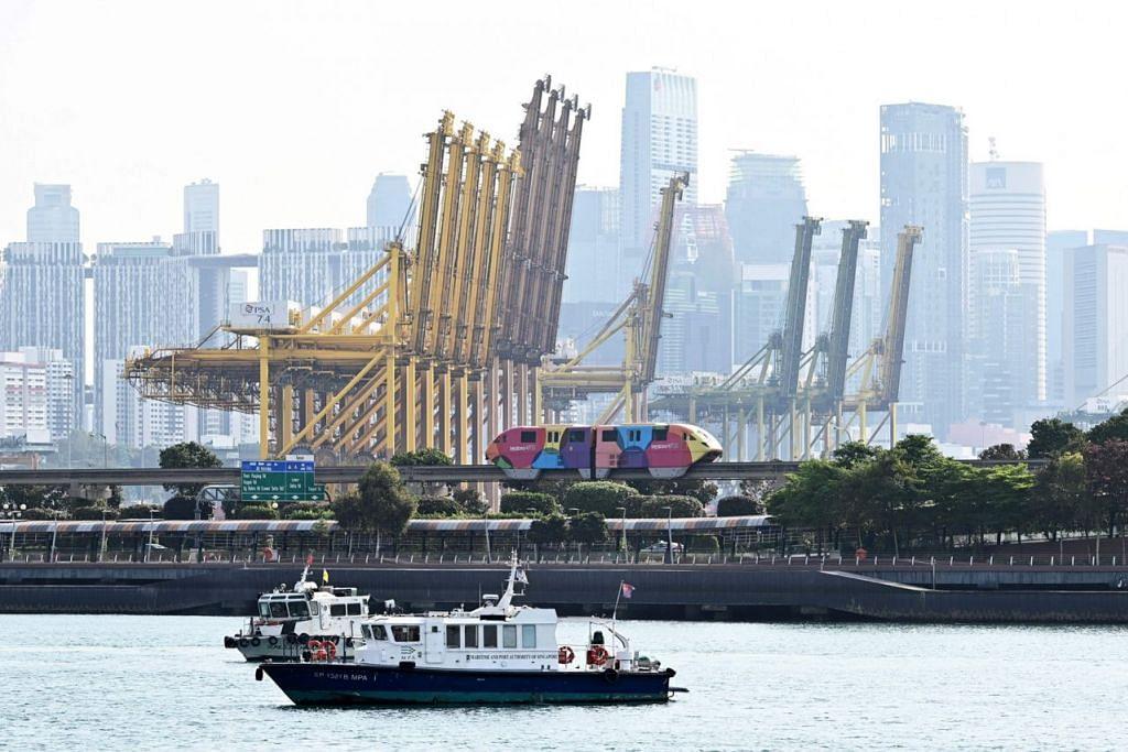 TERUS SUSUT: Terminal kontena Tanjung Pagar merupakan antara yang dimanfaatkan Singapura bagi mengeksport pelbagai barangan ke luar negara. Eksport bulan lalu meneruskan kemerosotannya. – Foto AFP