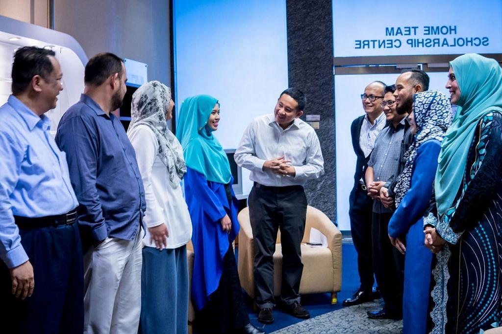 MENERUS DAN MEMPERERAT KERJASAMA: Encik Amrin (lima dari kiri) berjenaka bersama asatizah dan wakil Berita Harian dalam sesi dialog Bersama Asatizah yang dihadiri (dari kiri) Penolong Editor Ismail Ali; Ustaz Mohamed Suhaimi; Eksekutif Penjenamaan dan Promosi BH, Cik Ismawati Ismail; Ustazah Siti Khadijah; Penolong Editor Nizam Ismail; Ustaz Muhammad Ishlaahuddin, Encik Abdul Rashid, Ustazah Zainab dan Ustazah Hamidunnisah. – Foto BH oleh NUR DIYANA TAHA