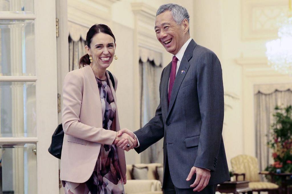 PERKUKUH HUBUNGAN: Cik Ardern bertemu Encik Lee dalam rangka lawatan rasminya. Mereka menandatangani pengisytiharan bersama sebagai usaha mempertingkat kerjasama dalam empat bidang strategik sekali gus menandakan pencapaian dalam hubungan diplomatik selama 54 tahun antara kedua-dua negara. – Foto EPA-EFE