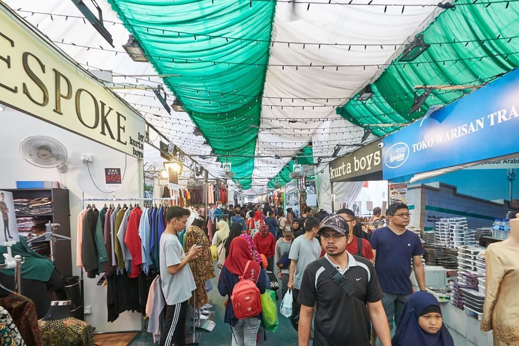 BERBELANJA BIJAK: Ramai akan mudah 'tergoda' dengan berbagai-bagai produk makanan dan barangan untuk Hari Raya ketika berkunjung ke bazar, maka perlunya berhati-hati ketika berbelanja, kata penasihat kewangan. – Foto ROSLEE ABDUL RAZAK
