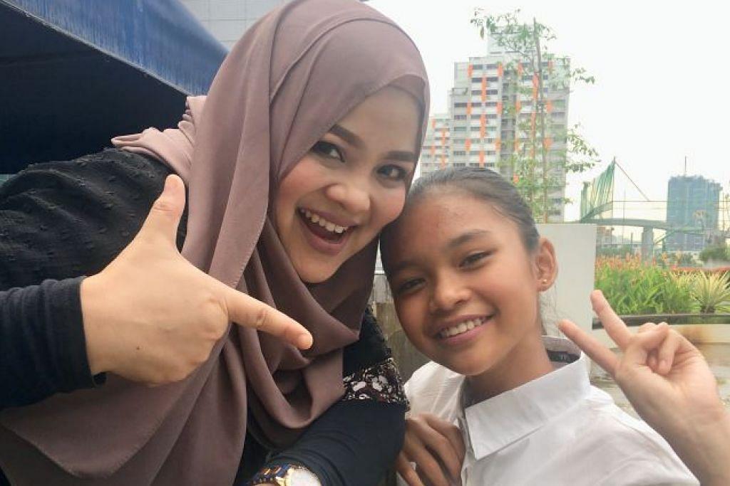 SAMA-SAMA MINAT LAGU TRADISIONAL: Diana Nazyra yang nama sebenarnya Nordiana Akhbar Ali (kiri), memilih berduet dengan Putri Emily Joehaidi, naib juara Juara Mic Junior (JMJ) terbitan saluran Suria tahun lalu kerana berasakan antara mereka ada keserasian kerana sama-sama meminati lagu Melayu tradisional. – Foto BM oleh HANIM MOHD SALEH