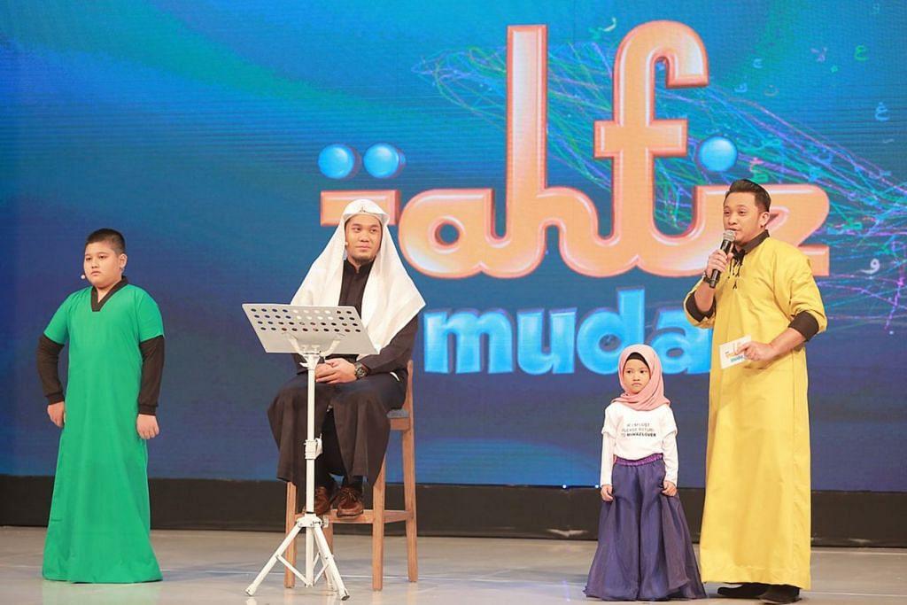 JADI TETAMU: Ustaz Zahil (duduk) muncul selaku tetamu undangan istimewa bagi tiga episod rancangan Tahfiz Muda siaran saluran Astro Oasis. – Foto ihsan MUHAMMAD ZAHIL ZAKARIA AL HAFIZ