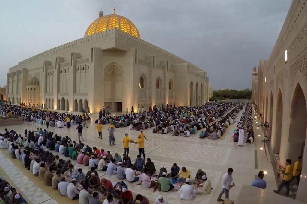DI ABU DHABI: Antara majlis berbuka puasa terbesar yang dianjurkan ialah di Masjid Sheikh Zayed, masjid terbesar di Abu Dhabi. Setiap hari sepanjang Ramadan, masjid ini menyiapkan juadah untuk 30,000 orang berbuka puasa setiap hari untuk ribuan jemaah dan orang ramai termasuk pelawat asing. Seramai 300 tukang masak dan 500 sukarelawan bertungkus lumus menyiapkan makanan itu setiap hari. - Foto KHALEEJTIMES.COM