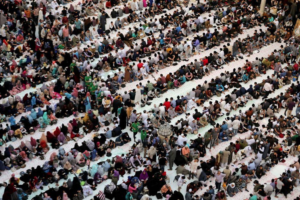DI MESIR: Ribuan jemaah dari pelbagai bangsa berbuka puasa di Masjid Al Azhar di Kahirah. - Foto REUTERS