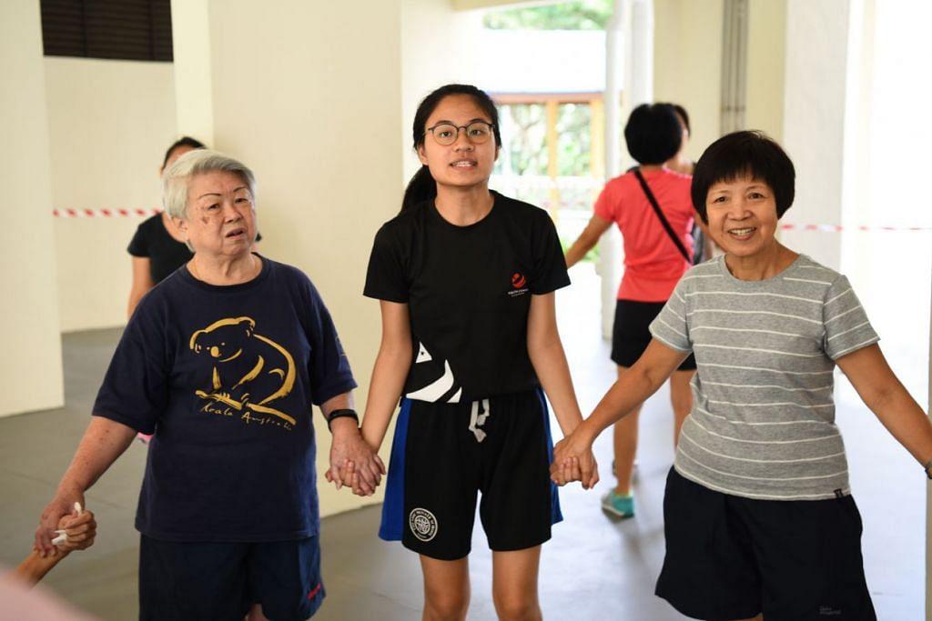 HOBI UTAMA: Cik Dawn Lim (tengah) meluangkan masa selama 10 jam dalam seminggu menjadi sukarelawan sebagai duta Pemuda Singapura. - Foto BH oleh ANDY TAY
