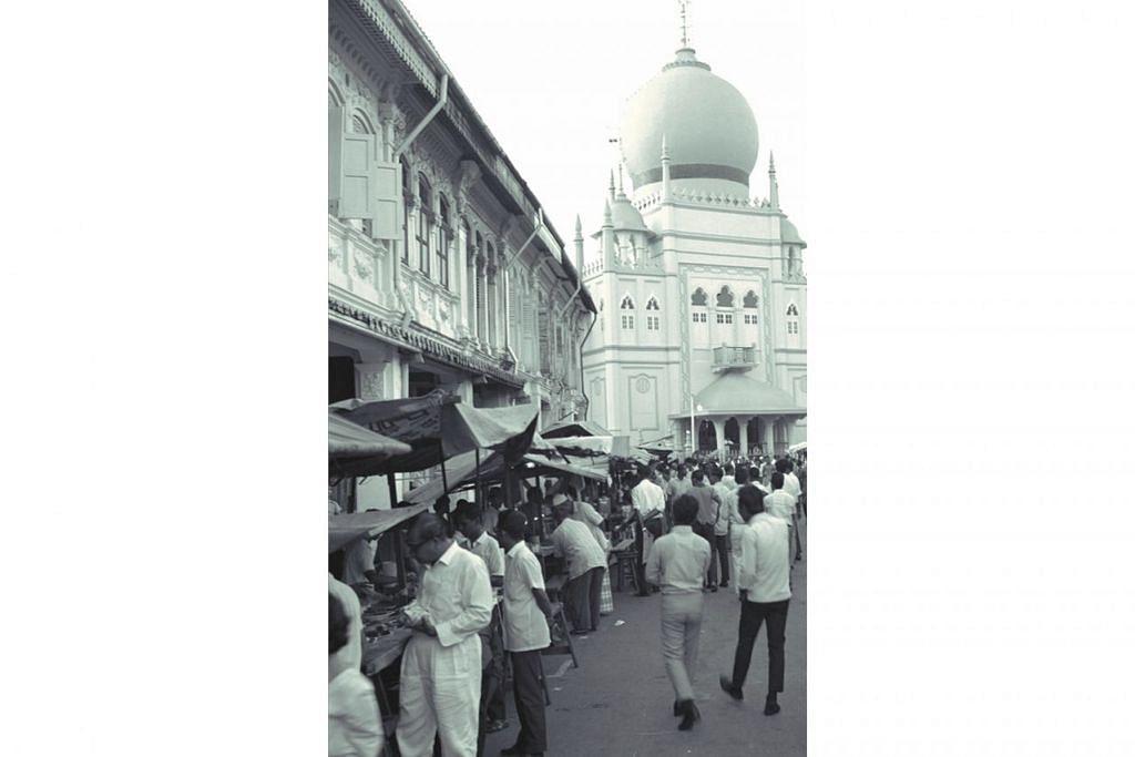 SIBUK CARI JUADAH BERBUKA: Dikenali sebagai 'Taman Selera Bussorah Street' pada tahun-tahun 1960-an dan 1970-an, keadaan bazar tampak sibuk dihujani orang ramai yang sibuk mencari juadah berbuka puasa. Foto ini dipetik pada 1967.  - Foto fail