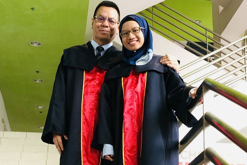 ANAKKU, TEMAN BELAJARKU: Encik Hamir Osman yang lulus Diploma Spesialis dalam Keselamatan Maklumat dan Forensik menganggap anak tunggalnya, Cik Sri Afiqah Sukmawati, yang meraih Diploma Komunikasi dan Pengurusan Media sebagai rakan berbincang.  - Foto BH oleh HARYANI ISMAIL
