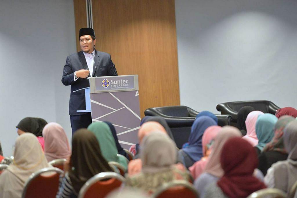 USTAZ IRWAN HADI: Timbalan Pengarah (Dasar Keagamaan dan Pengawalan) Majlis Ugama Islam Singapura (Muis) ini, menerusi program 'Hikmah Ramadan' di radio, antara lain menggalak orang Islam supaya menunjukkan contoh yang baik dan layan orang lain sebagaimana kita mahu dilayan. - Foto MUIS