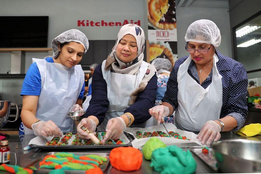 SIAP BUAT KUIH:(Dari kiri), Cik Natasha Amin Mohammad, Cik Zainon Haron dan Cik Nazlin Sultananli Jinah membuat kuih muih bagi keluarga memerlukan. - Foto BH oleh GIN TAY