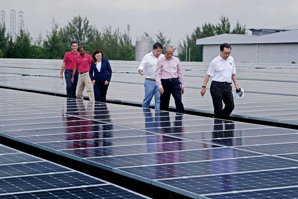TINJAU KEMUDAHAN: Encik Masagos (dua dari kanan) meninjau panel suria di kilang perusahaan Kimberly-Clark Corporation di Tuas semalam bersama pegawai syarikat itu. - Foto ZAOABO