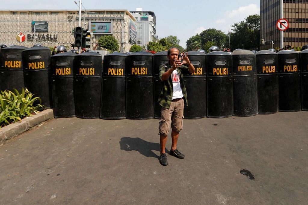 SIAP PERTAHAN KEAMANAN: Barisan pegawai polis bersiap mengawal keadaan menyusuli keputusan pilihan raya presiden Indonesia berdekatan ibu pejabat Badan Pengawas Pemilihan Umum Indonesia (Bawaslu) kelmarin. - Foto REUTERS