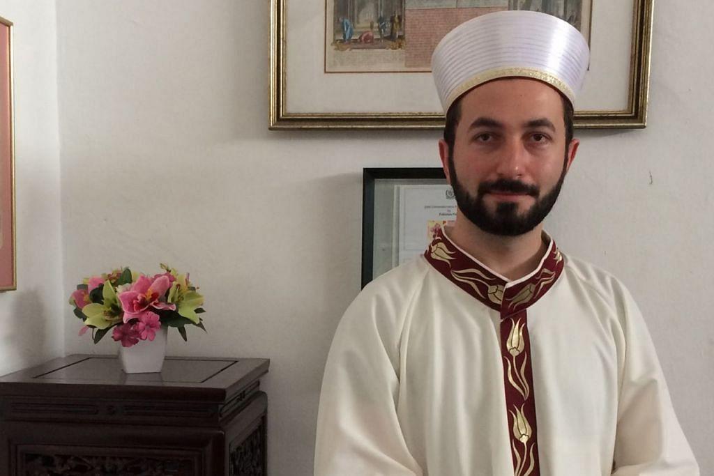 KUMANDANGKAN AYAT SUCI: Qari, Encik Cihad Bodur, dari Turkey kini berada di Masjid Ba'alwie sempena Ramadan tahun ini. - Foto MASJID BA'ALWIE