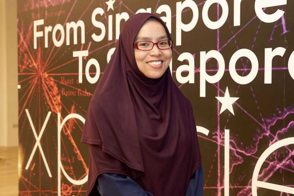 TANGGUNGJAWAB BESAR: Tugas melatih, menyelia dan menjaga kebajikan sukarelawan acara peringatan 200 Tahun Singapura terletak di bahu Cik Nurulhuda yang memainkan peranan sebagai ketua sukarelawan.