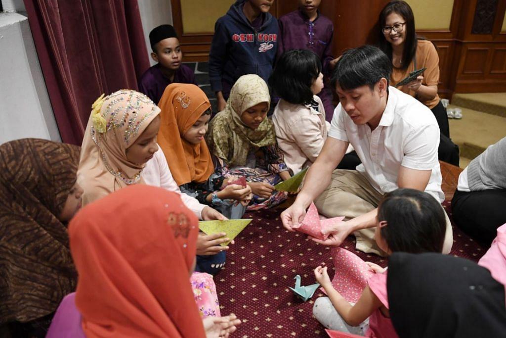 LUANGKAN MASA DENGAN PELARIAN: Anggota Parlimen GRC Nee Soon, Encik Louis Ng (berkemeja putih), menyertai sukarelawan akar umbi dan Masjid Darul Aman untuk meluangkan masa bersama pelarian Rohingya di Johor baru-baru ini. – Foto BH oleh KHALID BABA