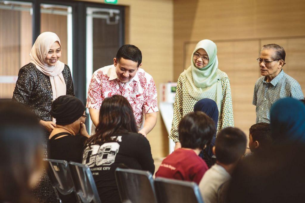 PELITA MENERANGI RAYA ORANG TERSAYANG: Encik Amrin Amin (dua dari kiri) berbual-bual dengan salah seorang daripada 50 keluarga yang disertakan dalam daya usaha Pelita Hati – kali pertama dianjurkan tahun ini. – Foto ihsan AZHAR JALIL