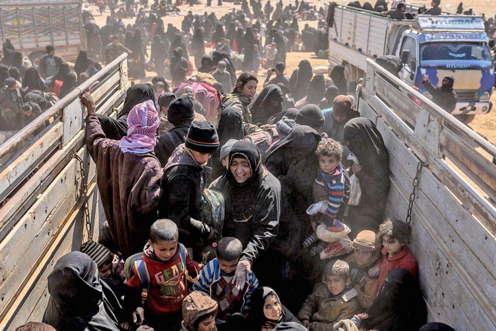 TIDAK TERJADI SEBAGAIMANA DIKATA: Wanita yang membawa bayi dan lelaki yang cedera bertongkat dipindahkan keluar dari kampung puak pelampau terakhir di Baghouz di timur Syria Mac lalu selepas tentera yang disokong Amerika Syarikat berjaya menguasai kawasan itu daripada kumpulan radikal. - Foto AFP