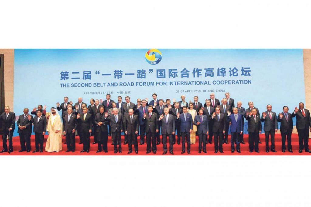 PERTEMUAN PERINGKAT TINGGI: Presiden China Xi Jinping (depan, tengah) menjadi tuan rumah Forum Belt and Road lewat bulan lalu dan menerima kedatangan 40 pemimpin dunia. Semua 10 pemimpin Asean, termasuk Perdana Menteri Singapura Lee Hsien Loong (barisan kedua, tiga dari kanan), menghadiri sidang tersebut, yang berlangsung di Beijing. - Foto BH oleh KEVIN LIM