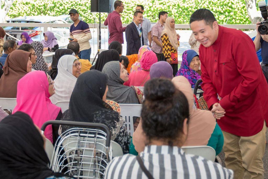 (Gambar atas) Encik Amrin bersama penerima zakat Darul Arqam. - Foto BH oleh IQBAL FAIZAL