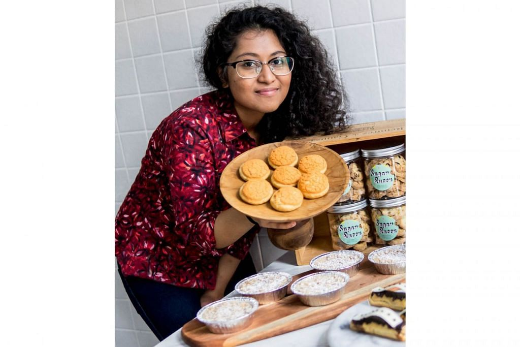 CIPTAAN SENDIRI: Walaupun masih bersekolah, Ameerah telah melancarkan biskut dan manisan ciptaannya sendiri dan menjualnya di laman media sosial serta di kawasan Bussorah Street. - Foto BH oleh NUR DIYANA TAHA