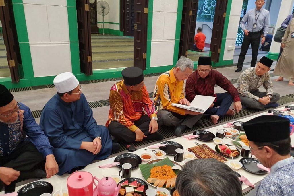 Perdana Menteri Lee Hsien Loong (berbaju kuning) mengadakan lawatan ke Masjid Alkaff Upper Serangoon dan menyertai pemimpin masyarakat serta jemaah dalam majlis berbuka puasa. FOTO: NUR ADILAH MAHBOB
