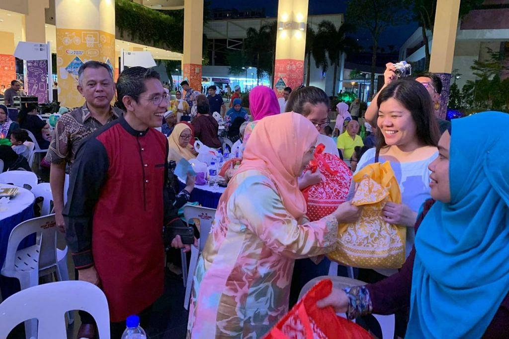 SENTUHAN RAMADAN: Para penasihat akar umbi GRC East Coast termasuk Menteri Negara Kanan (Pertahanan merangkap Ehwal Luar), Dr Mohamad Maliki Osman (berbaju merah), yang juga Mayor CDC South East, dan badan-badan akar umbi GRC Aljunied (GRO) menyertai 400 penduduk memerlukan dalam acara Sentuhan Ramadan anjuran M³@Bedok di Atrium Heartbeat@Bedok dan Jawatankuasa Eksekutif Kegiatan Melayu (MAEC) GRC East Coast pada Sabtu lalu. – Foto FACEBOOK SIGLAP IRCC