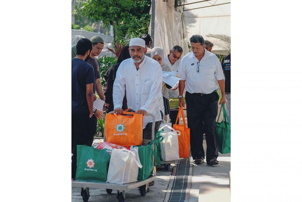 GOTONG-ROYONG: Seramai 100 sukarelawan menyumbang tenaga dengan terlibat dalam pengagihan Bakul Amal Ramadan yang berlangsung pada 25 dan 26 Mei lalu. - Foto SIMPLYISLAM.SG