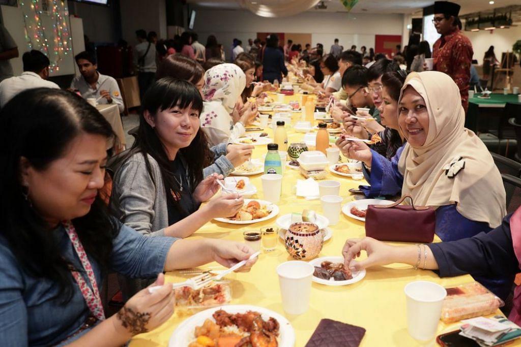 CUBA BERPUASA: Cik Shiella Christie (dua dari kiri, memandang kamera) berkata pengalaman berpuasa sehari membuat beliau lebih menghargai apa yang dilalui rakan sekerja beliau yang beragama Islam seperti Cik Siti Fatimah Ahmad (kanan, memandang kamera) di bulan Ramadan ini. – Foto BM oleh KELVIN CHNG